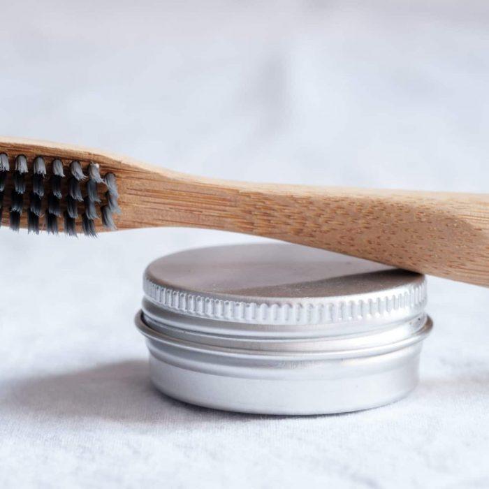 brosse à dents et petit pot